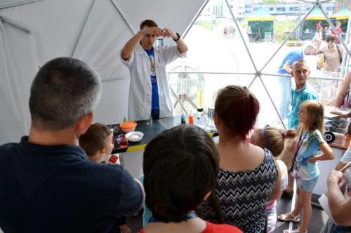Zajęcia Pracowni Profesora Ciekawskiego prowadzone w namiocie sferycznym w Centrum Nauki Keplera w Zielonej Górze