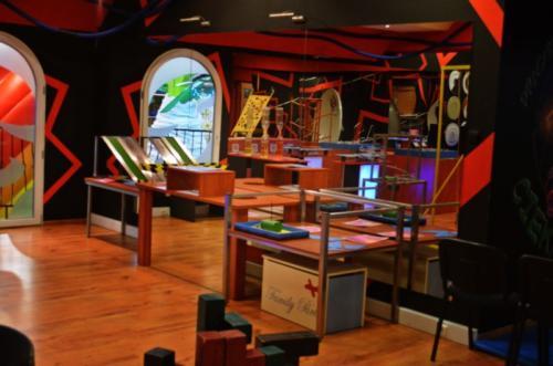 Interaktywna wystawa naukowych eksponatów w Pracowni Profesora Ciekawskiego w Family Park.