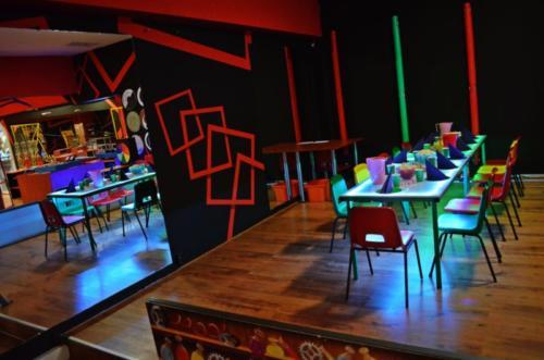 Kącik urodzinowy z podświetlanymi stołami oraz zastawą w Pracowni Profesora Ciekawskiego.