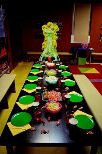 Stół wraz zastawą oraz tron w Katedrze Profesora Ciekawskiego, gdzie podczas przyjęć urodzinowych dzieci biorą udział w warsztatach naukowych.