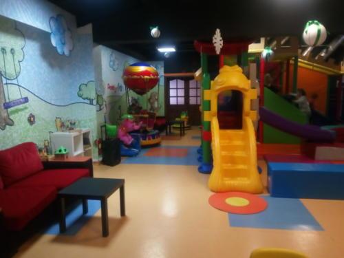 Zdjęcie przedstawia atrakcje znajdujące się w Kąciku Malucha - strefie zabaw dla dzieci do 6 roku życia w Family Park.