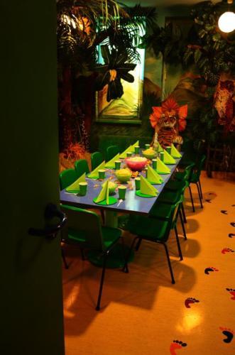 Stół oraz tron z pokoju urodzinowego Dżungla w Family PArku.