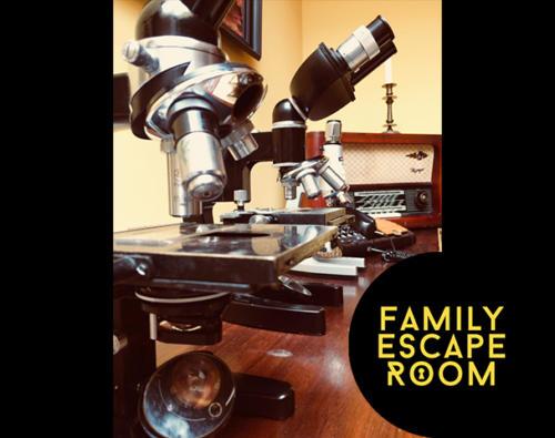 Pokój urodzinowy w konwencji escape room. Wraz z gośćmi urodzinowymi rozwiąż zagadki i wydostań się z gabinetu.